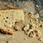 Brotscheibe mit Brotkrümeln